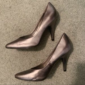 Shoes - Silver Heels with a pointed toe size 6